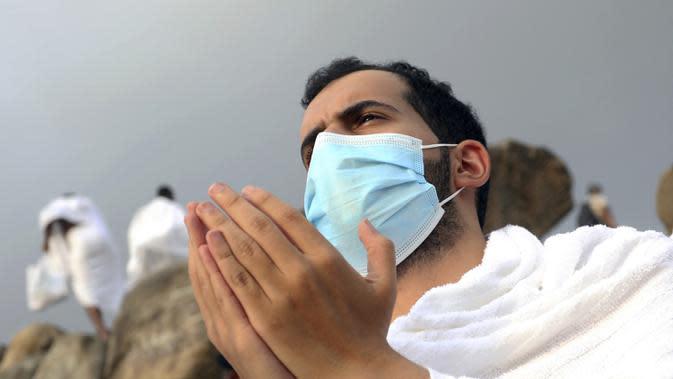 Jemaah berdoa saat melaksanakan rangkaian ibadah haji di Padang Arafah, dekat Makkah, Arab Saudi, Kamis (30/7/2020). Hanya sekitar 1.000 jemaah yang diizinkan untuk melakukan ibadah haji tahun ini karena pandemi virus corona COVID-19. (AP Photo)