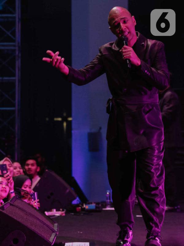 Penyanyi Marcell saat tampil dalam konser yang bertajuk 'Rindu Kamu yang Dulu' di The Pallas SCBD, Jakarta, Jumat (14/2/2020). Dalam penampilannya, Marcell membawakan 10 lagu seperti Satu Mimpiku, Jangan Pernah Berubah, dan Hanya Memuji. (Liputan6.com/Faizal Fanani)