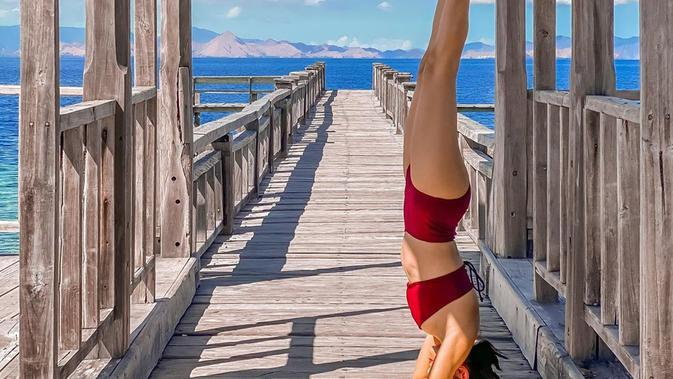 Potret Kirana Larasati saat Yoga di Alam Bebas. (Sumber: Instagram.com/kiranalarasati)