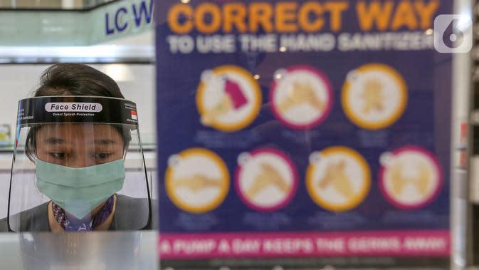 Petugas layanan concierge kenakan face shield di Lippo Mall Puri, Jakarta, Rabu (3/6/2020). Lippo Malls Indonesia (LMI) menerapkan prosedur kebersihan dan keamanan bagi pengunjung agar masyarakat tetap produktif, disiplin dan waspada terhadap penyebaran Covid-19. (Liputan6.com/Fery Pradolo)