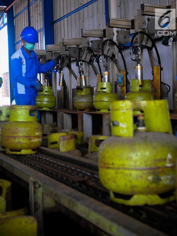 Pekerja mengisi tabung gas kapasitas 3 Kg di SPBE (Stasiun Pengisian Bahan Bakar Elpiji), Srengseng, Jakarta, Jumat (3/5/2019). PT Pertamina (Persero) menjamin pasokan LPG aman terkendali selama periode Ramadan hingga Lebaran dan tidak ada kenaikan harga. (Liputan6.com/Angga Yuniar)