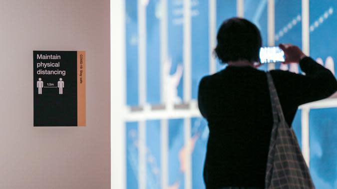 Seorang pengunjung memotret di Galeri Seni New South Wales di Sydney, Australia (5/6/2020). Galeri Seni New South Wales dibuka kembali untuk umum setelah Sydney melonggarkan sejumlah kebijakan terkait pandemi COVID-19. (Xinhua/Bai Xuefei)