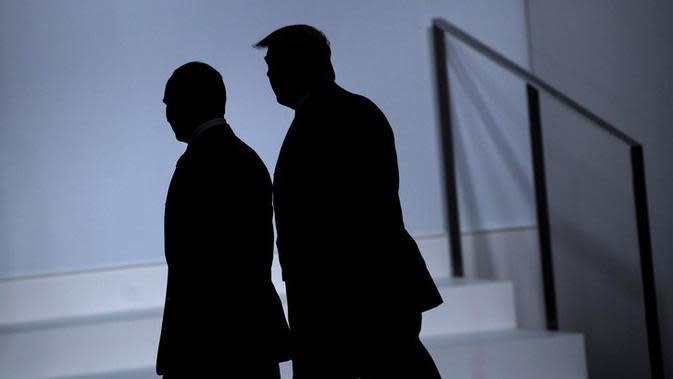 Siluet Presiden Rusia Vladimir Putin (kiri) berjalan bersama dengan Presiden Amerika Serikat Donald Trump (kanan) di KTT G20 di Osaka, Jepang (AFP/Brendan Smiaulowski)