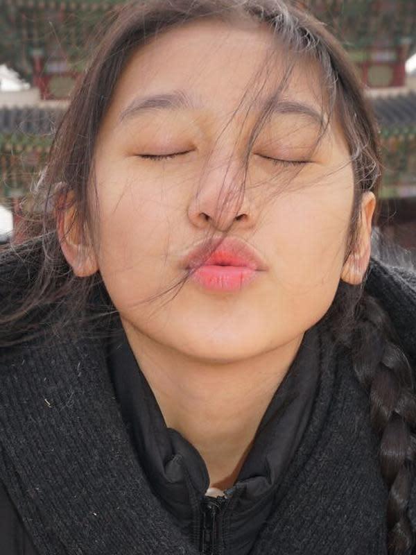 Terbukti kalau Chacha sudah berani berekspresi sejak kecil adalah salah satunya di foto ini. Ekspresinya dengan memajukan bibir dan memejamkan mata membuat Chacha sangat menggemaskan. (Instagram/partopatrio)