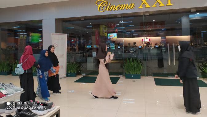 Beberapa remaja tengah menunggu di depan cinema XXI Garut, untuk menyaksikan pemutaran film terbaru (Liputan6.com/Jayadi Supriadin)