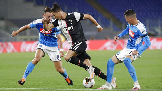 Striker Juventus, Cristiano Ronaldo, berusaha melewati pemain Napoli pada laga final Coppa Italia di Stadion Olympic, Roma, Rabu (17/6/2020). Napoli menjadi juara setelah berhasil menang lewat adu penalti atas Juventus dengan skor 4-2.(AP/Andrew Medichini)