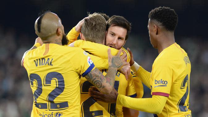 Pemain Barcelona rayakan gol Frenkie de Jong lawan Real Betis (CRISTINA QUICLER / AFP)