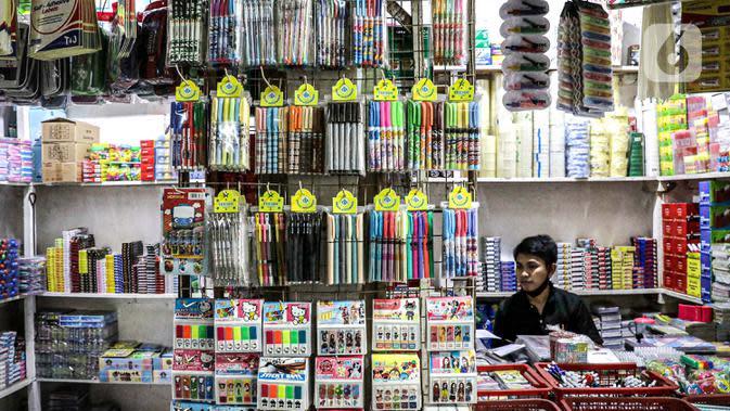 Pedagang menunggu pembeli di Pasar Gembrong Baru, Cipinang, Jakarta, Jumat (25/9/2020). Para pedagang mengatakan akibat pandemi covid-19 ini omzetnya turun hingga 80 persen, mereka pun berharap masih diperbolehkan berjualan meski PSBB Jakarta kembali diperpanjang. (Liputan6.com/Faizal Fanani)
