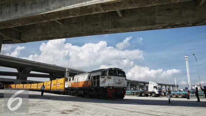 KA Logistik tiba di Stasiun JICT Tanjung Priok, Kamis (18/2). Dioperasikannya Kereta Api (KA) Logistik Tanjung Priok diharapkan mampu menurunkan masalah waktu bongkar muat atau dwelling time hingga dua hari. (Liputan6.com/Faizal Fanani)