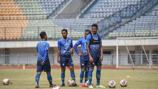 Suasana latihan Persib Bandung di Stadion Gelora Bandung Lautan Api, Senin (24/8/2020). (Bola.com/Erwin Snaz)
