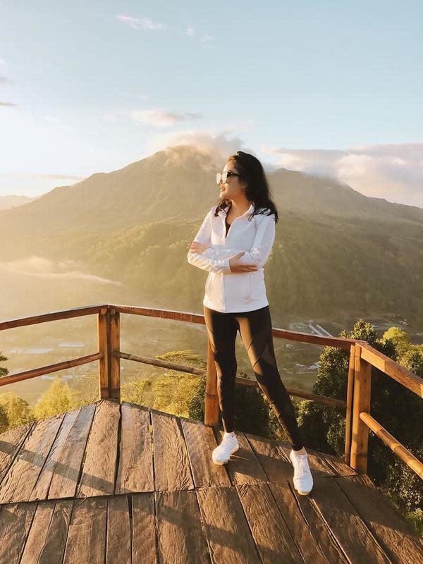 Untuk menikmati sunrise yang indah, ibu dari Abhirama Danendra Harsono ini nampak rela untuk bangun di pagi hari. Gaya pakaiannya yang selalu stylish pun jadi sorotan warganet. (Liputan6.com/IG/nindyparasadyharsono)