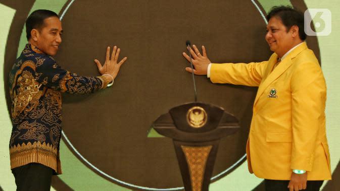 Presiden Joko Widodo (kiri) dan Ketua Umum Partai Golkar Airlangga Hartarto (kanan) saat peringatan HUT ke-55 Partai Golkar di Jakarta, Rabu (6/11/2019). HUT ke-55 Partai Golkar mengangkat tema '55 Tahun Partai Golkar Bersatu untuk Negeri Berkarya untuk Bangsa'. (Liputan6.com/JohanTallo)