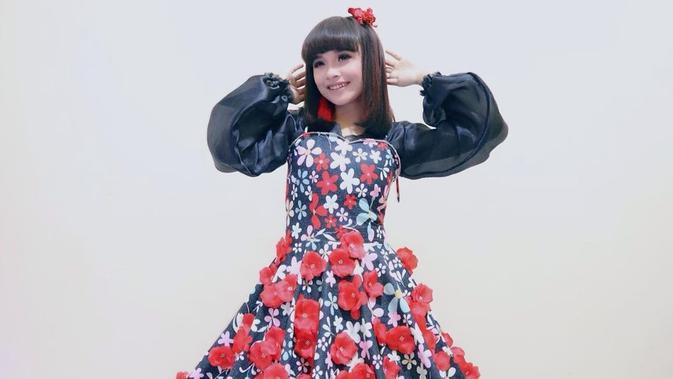 Tasya Rosmala yang masih berusia 16 tahun selalu tampil ceria dengan pilihan busananya. Perpaduan dress hitam dengan motif bunga-bunga merah dan putih ini misalnya, membuat Tasya makin terlihat imut dan menawan. (Liputan6.com/IG/@tasya_ratu_gopo)