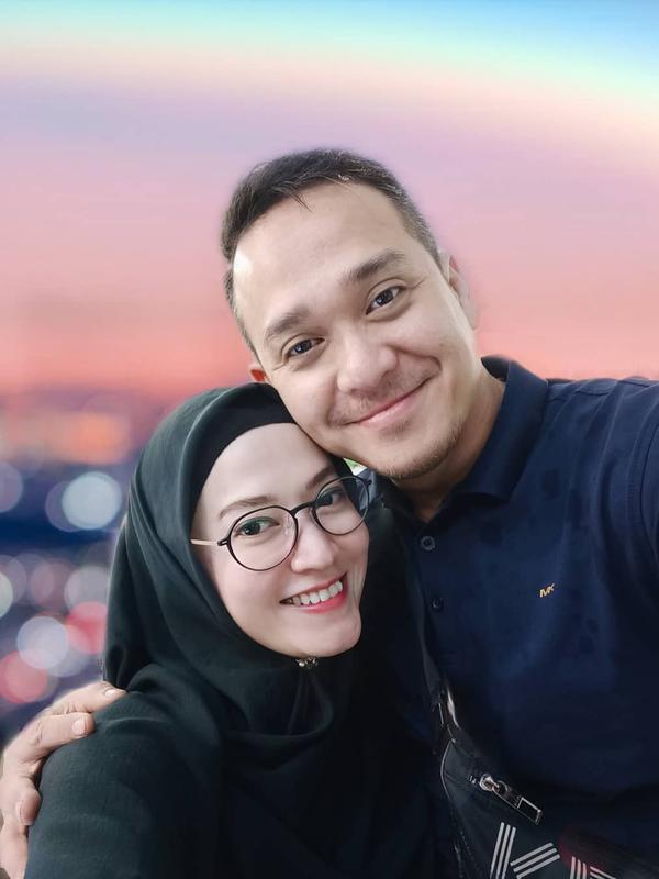 Sang suami Fadlan juga membagikan kabar bahagia. Kebahagiaan setelah tujuh tahun menikah. Fadlan membagikan potret kolase USG dan foto istrinya pegang test pack atau alat pengecek kehamilan. (Instagram/fadlanmuhammad)