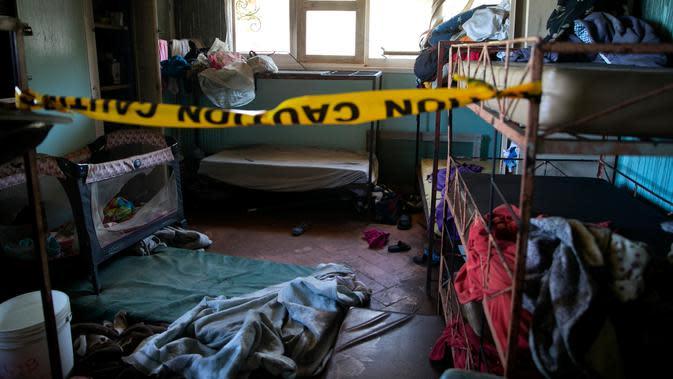 Garis polisi terpasang di sebuah ruangan kosong setelah kebakaran melanda Panti Asuhan Church of Bible Understanding, pinggiran Port-au-Prince di ibu kota Haiti, Jumat (14/2/2020). Api berasal dari lilin yang dinyalakan salah satu anak di kamarnya saat padamnya aliran listrik. (AP/Dieu Nalio Chery)