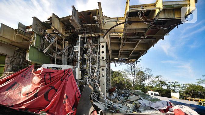 Potongan badan pesawat tertumpuk di lahan kosong kawasan Marunda, Jakarta Utara, Selasa (19/11/2019). Menurut warga sekitar potongan-potongan badan pesawat tersebut sudah ada sejak 3 bulan lalu dan akan dikirim ke China untuk dijadikan bangunan restoran cepat saji. (merdeka.com/Iqbal S. Nugroho)