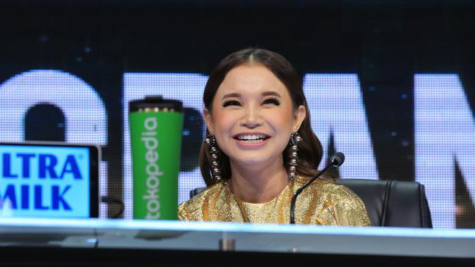 Rossa dan Maia pulang dari menjadi juri Indonesian Idol menyempatkan untuk ke rumah BCL meski dini hari. Maia juga mendoakan BCL baik-baik saja. (Adrian Putra/Fimela.com)