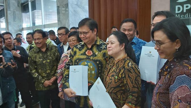 Pemerintah menyerahkan draf RUU Omnibus Law Cipta Kerja di DPR, Rabu (12/2/2020). (Merdeka.com/ Ahda Baihaqi)