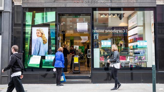 Sejumlah orang berjalan melewati sebuah salon rambut di Dublin, Irlandia, Senin (29/6/2020). Irlandia memasuki fase ketiga pencabutan pembatasan COVID-19, dengan mengizinkan lebih banyak bisnis kembali beroperasi dan memberikan kebebasan pergerakan lebih besar kepada masyarakat. (Xinhua)