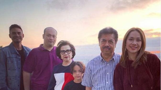 Potret mendiang Ashraf Sinclair, BCL, dan keluarganya. (Instagrm @ashrafsinclair)
