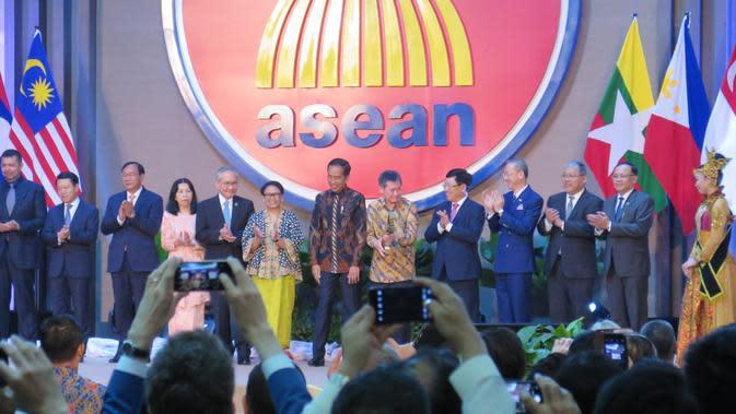 Presiden Joko Widodo atau Jokowi meresmikan Gedung Sekretariat ASEAN yang baru di kawasan Kebayoran Baru Jakarta Selatan, Kamis (8/8/2019). (Lizsa Egeham/Liputan6.com)
