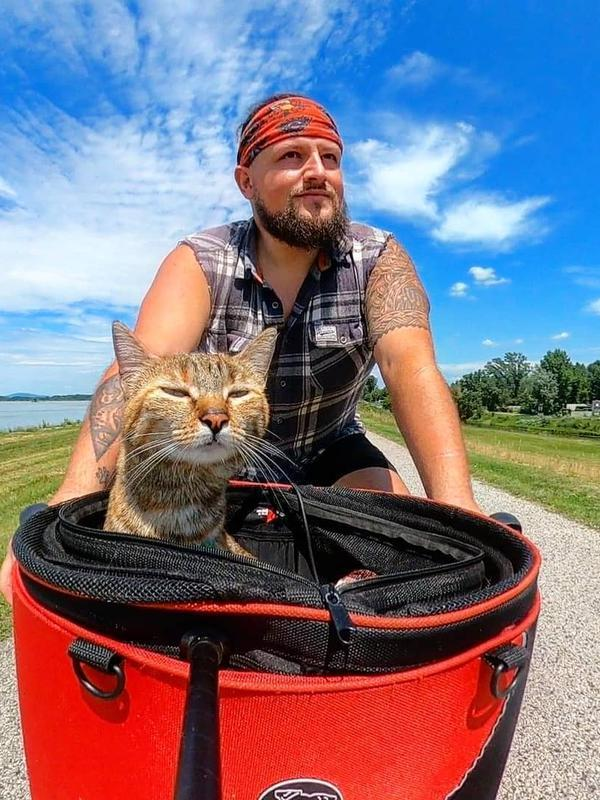 Dean Nicholson unggah kebersamaannya dengan Nala, kucing imut yang selalu mengikutinya (Dok.Instagram/@1bike1world/https://www.instagram.com/p/CB3kLRpjvdW/Komarudin)