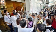 新移民爭遞表申1萬元爆混亂 長者不滿設經濟審查:不如唔好畀