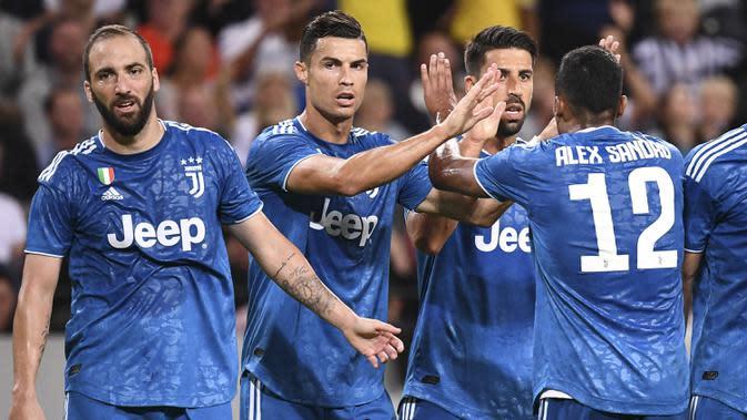 Para pemain Juventus merayakan gol yang dicetak Sami Khedira pada laga ICC di Stadion Solna, Stockholm, Sabtu (10/8). Atletico menang 2-1 atas Juventus. (AFP/Jonathan Nackstrand)