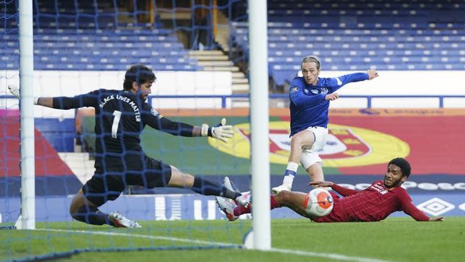 Pemain Everton Tom Davies mencoba mencetak gol ke gawang Liverpool pada lanjutan Liga Primer Inggris di Goodison Park, Liverpool, Inggris, Minggu (21/6/2020). Pertandingan berakhir dengan skor 0-0. (AP Photo/Jon Super, Pool)