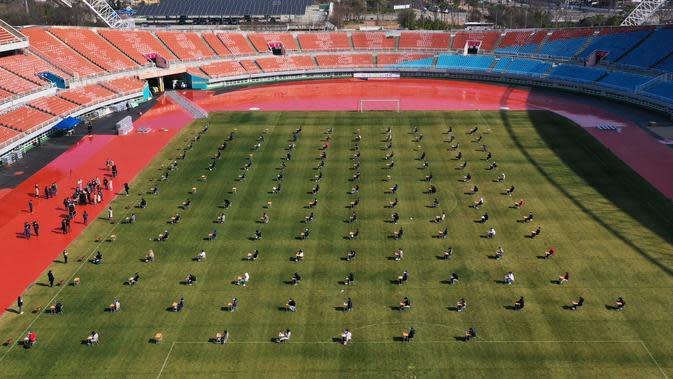 Pelamar kerja saat mengikuti ujian tertulis selama tes rekrutmen untuk Ansan Urban Corporation di stadion Wa di Ansan, Korea Selatan (4/8/2020). Meski kasus corona di Korsel 10.384, dengan angka kematian 200 dan 6.776 sembuh, warga tetap mengikuti tes tersebut. AFP/YONHAP)
