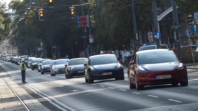 Sejumlah orang mengendarai mobil listrik dalam parade kendaraan listrik di Wina, Austria, 13 September 2020. Ratusan kendaraan listrik ambil bagian dalam parade E-Mobility
