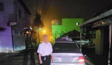 車輛拋錨暗夜擋道 台西警熱心助修車平安返家