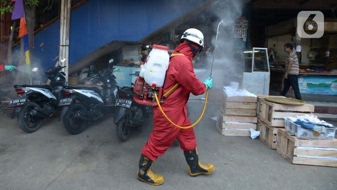 Petugas melakukan penyemprotan cairan disinfektan di Pasar Perumnas di wilayah Jakarta Timur, Selasa (25/8/2020). Penyemprotan ini di bagi dua jalur utara dan Selatan. (merdeka.com/Imam Buhori)