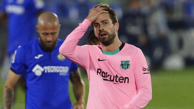 Bek Barcelona, Gerard Pique, tampak kecewa usai ditaklukkan Getafe pada laga Liga Spanyol di Stadion Coliseum Alfonso Perez, Minggu (18/10/2020). Barcelona takluk dengan skor 1-0. (AP/Manu Fernandez)