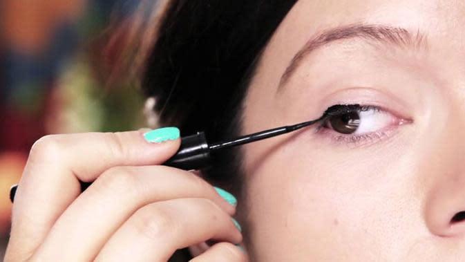 Eyeliner, yang menghasilkan garis hitam di sekeliling mata untuk membuat mata seakan bertambah besar dan tajam.