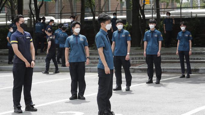 Petugas polisi menunggu pengujian COVID-19 mereka sambil menjaga jarak sosial di Badan Kepolisian Metropolitan Seoul di Seoul, Korea Selatan, Rabu, (19/8/2020). (AP Photo / Ahn Young-joon)