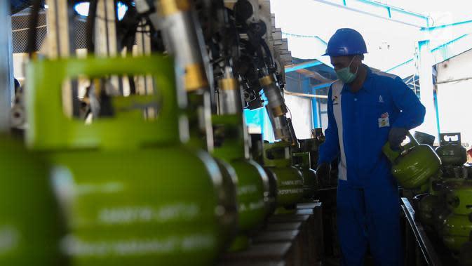 Petugas melakukan proses pengisian gas LPG ke dalam tabung Elpiji ukuran 3 kg di SPBE (Stasiun Pengisian Bahan Bakar Elpiji), Srengseng, Jakarta, Jumat (3/5/2019). PT Pertamina (Persero) menjamin ketersediaan LPG di bulan Ramadan dan tidak ada kenaikan harga. (Liputan6.com/Angga Yuniar)