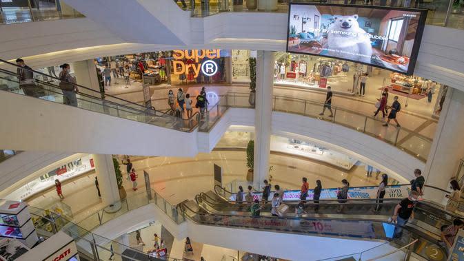 Suasana mal mewah Siam Paragon di Bangkok, Thailand, Minggu (17/5/2020). Pemerintah Thailand mengizinkan toko serba ada, pusat perbelanjaan, dan bisnis lainnya kembali dibuka untuk menghidupkan kembali ekonomi yang rusak akibat pandemi COVID-19. (AP Photo/Gemunu Amarasinghe)