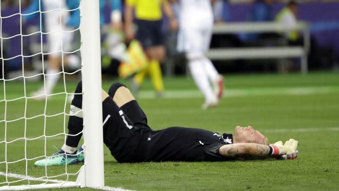 Momen kiper Liverpool, Loris Karius, setelah melakukan blunder ketika bersua Real Madrid pada laga final Liga Champions. (AP/Sergei Grits)