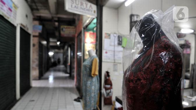 Aktivitas perdagangan saat pemberlakukan ganjil genap pasar tradisional di Jakarta, Senin (15/6/2020). PD Pasar Jaya mulai hari ini memberlakukan penerapan ganjil genap di pasar tradisional mengikuti kebijakan Pemprov DKI untuk mengurangi potensi penyebaran Covid-19. (merdeka.com/Iqbal S. Nugroho)