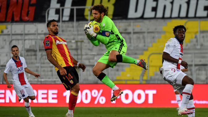 Kiper Lens, Jean-Louis Leca, menangkap bola saat menghadapi PSG pada laga Liga Prancis di Stadion Bollaert-Delelis, Jumat (11/9/2020). PSG kalah 0-1 atas Lens. (AFP/Denis Charlet)