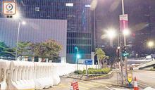 黑暴示威緩和 政總 立會 中聯辦 駐港公署 仍設水馬