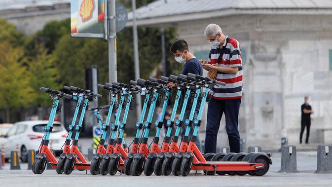 Sejumlah skuter diparkir di jalan di Istanbul, 16 September 2020. Pandemi COVID-19 menghidupkan kembali tren skuter listrik di dunia, tetapi meningkatnya cedera dan kecelakaan lalu lintas di Turki akibat pengguna gegabah telah mendorong pemerintah membuat peraturan ketat. (Xinhua/Osman Orsal)