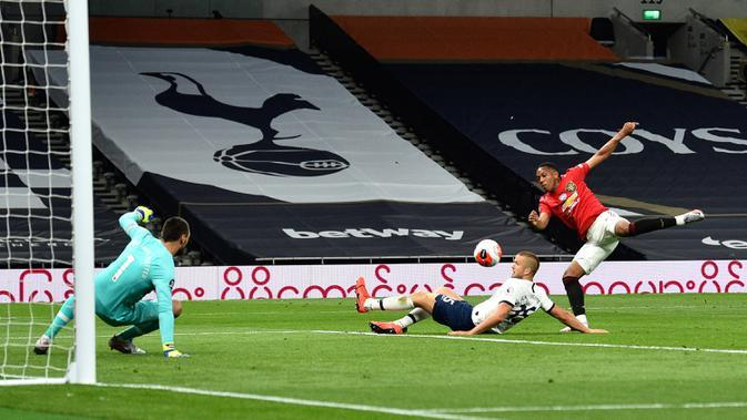 Striker Manchester United, Anthony Martial berusaha melakukan tembakan ke gawang Tottenham Hotspur dalam laga Liga Inggris di Stadion Tottenham, London, Jumat (19/6/2020). Manchester United berhasil mencuri poin di markas Hotspur dengan skor imbang 1-1. (AP/Glyn Kirk, Pool)