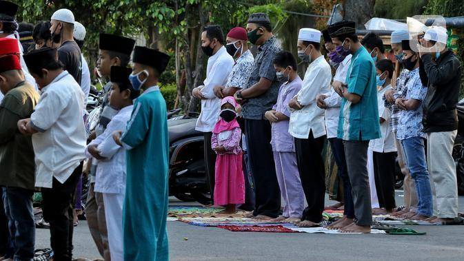 Warga melaksanakan salat Idul Fitri 1441 H berjemaah di Masjid Jami Assa'Dah kebayoran Lama, Jakarta, Minggu (24/5/2020). Warga yang hendak salat Id diwajibkan untuk menerapkan protokol kesehatan. (Liputan6.com/Johan Tallo)
