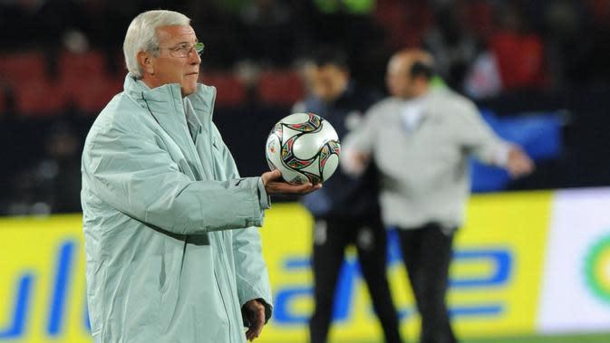 5. Marcelo Lippi - Lippi memang perokok akut, pelatih berusia 71 tahun ini dikabarkan telah merokok sejak remaja. (AFP/Alexander Joe)
