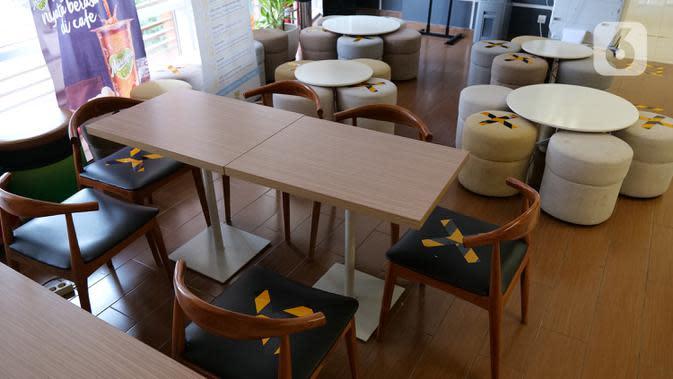 Stiker panduan jarak dipasang di kursi ruang makan Suntory Garuda, Jakarta, Senin (8/8/2020). Suntory Garuda menerapkan protokol kesehatan, seperti kapasitas karyawan hanya dibolehkan sebanyak 50 persen, meniadakan absensi sidik jari dan menggunakan alat makan pribadi (Liputan6.com/Herman Zakharia)