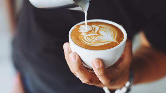 ilustrasi cara mudah membuat latte art ala kafe di rumah/Chevanon Photography/pexels