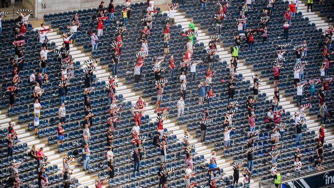 LAGA BUNDESLIGA: Para suporter terlihat di stadion Deutsche Bank Park sebelum pertandingan Bundesliga Jerman antara Eintracht Frankfurt melawan Arminia Bielefeld di Frankfurt, Jerman (19/9/2020). Sekitar 6.500 suporter diizinkan memasuki stadion untuk menonton. (Xinhua/Kevin Voigt)