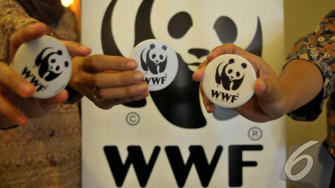 Anggota WWF Indonesia memperlihatkan pin yang bergambar panda. Panda adalah logo dari WWF, Jakarta, Jumat (29/8) (Liputan6.com/Johan Tallo)